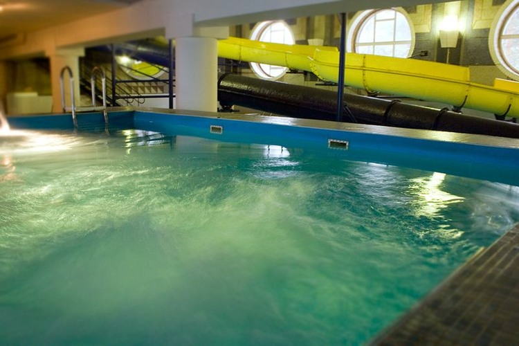 купания проходят под наблюдением опытных инструкторов.