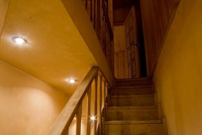 лестница к комнатам отдыха сауны санатория Соколиный камень.